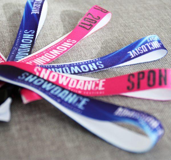 Die Festivalbändchen für das Snowdance Independent Film Festival sind entweder blau oder pink.